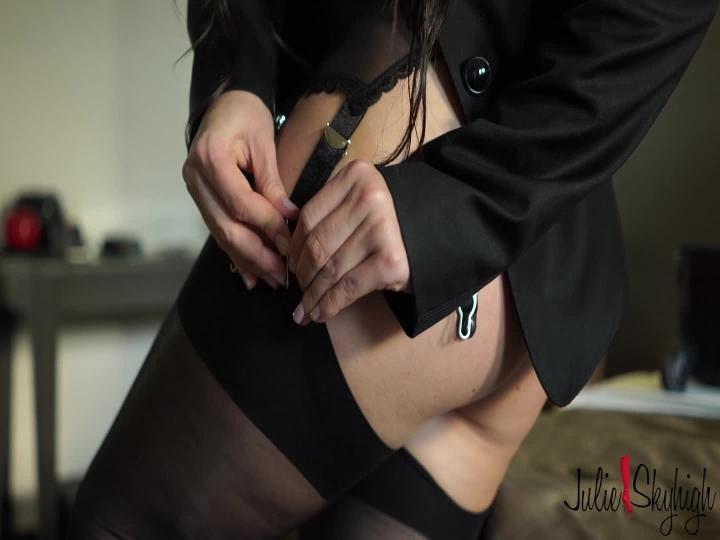 [Full HD] julieskyhigh cassie fire gets ready for the shooting - julieskyhigh - Amateur | Garter & Stockings, High Heels - 521,4 MB