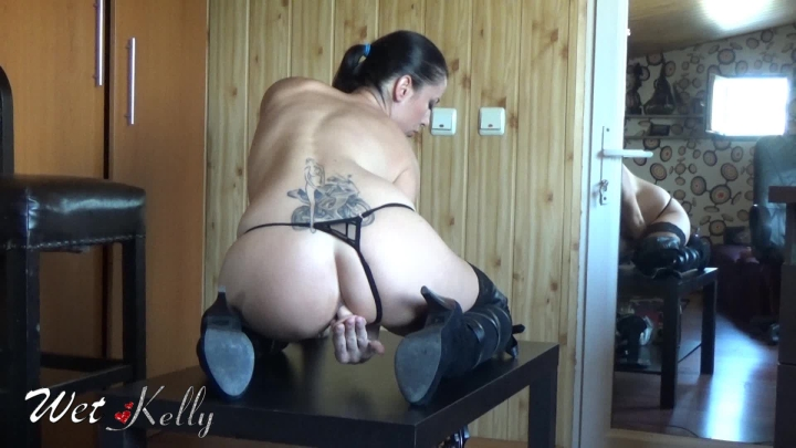 [Full HD] wet kelly buttplug ride on the table - Wet Kelly - Amateur | Butt Plug, Big Butts - 331,2 MB