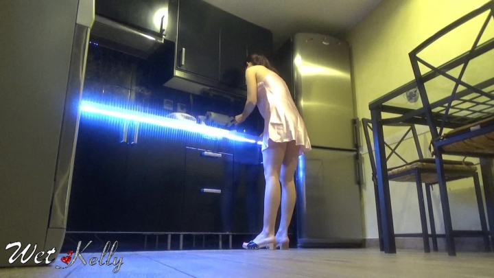 [Full HD] wet kelly cleaning in kitchen with noisy sandals - Wet Kelly - Amateur | Foot Worship, Sandals, Housecleaning - 488,8 MB