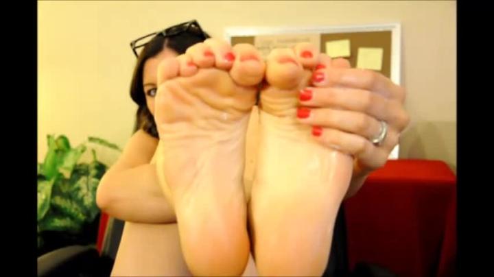[SD] winniecooper foot fetish desk slave - WinnieCooper - Amateur | Bdsm, Feet - 89,2 MB
