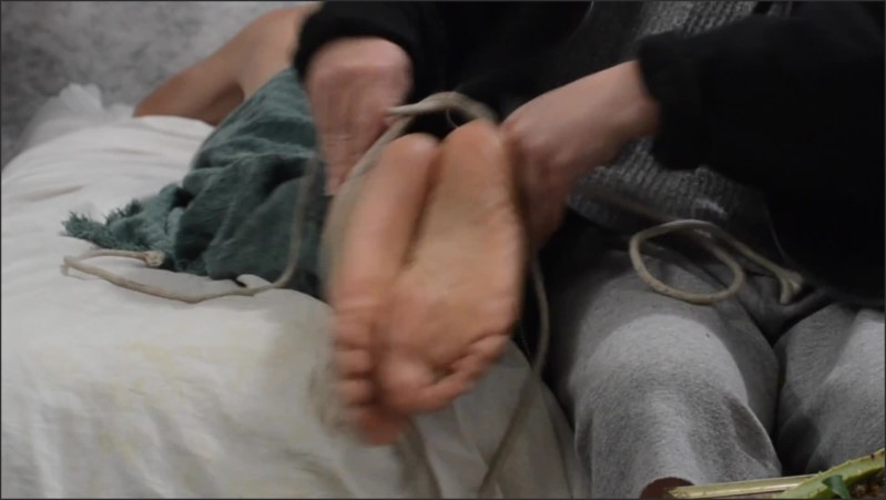 [Full HD] my friend tries to wake me and ends up playing with my feet   - theritefeet - -00:06:03 | Feet, Feet Tickling, Kink - 163,5 MB