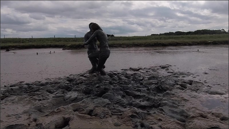 [Full HD] mud wrestling in the river mud fully clothed sexy fun   - AliMessyxxx - -00:08:12 | River, 60fps - 235,1 MB